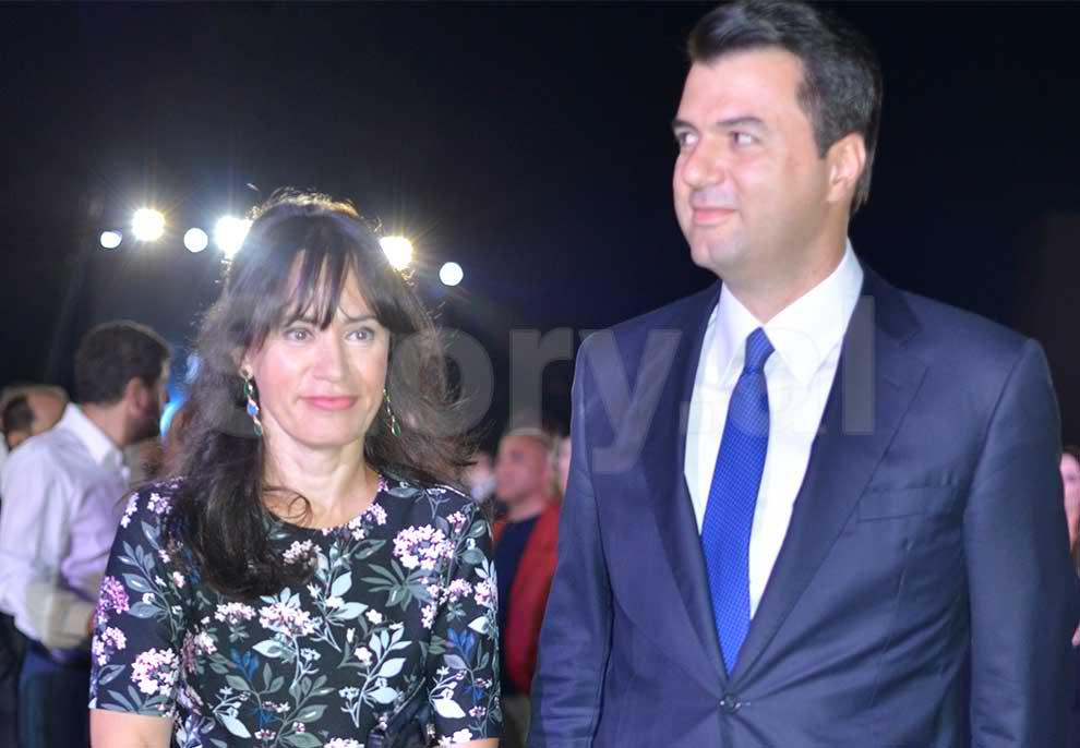 """20 vjetori i """"Opinion""""; Kryetari i Opozitës, Lulzim Basha me bashkëshorten Aurela  Basha në pritjen e Blendi Fevziut   Story"""