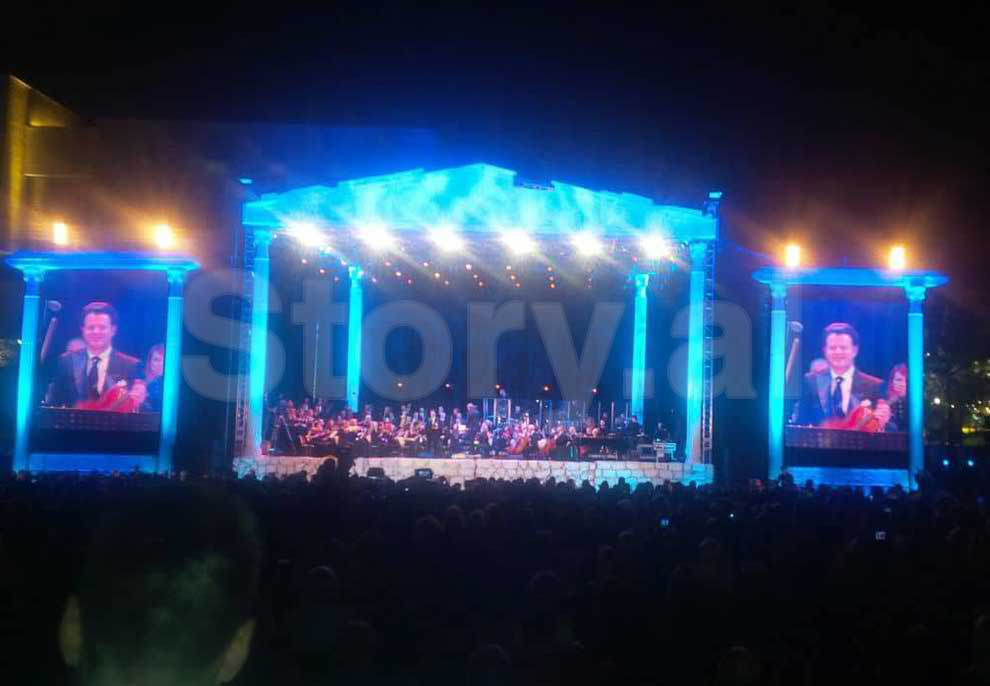 Dështon koncerti i Shkëlzen Dolit, karrige bosh për shkak të çmimit të çmendur të…