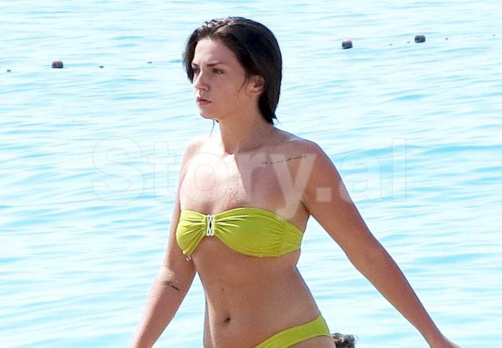 """Vera që gjeti """"single"""" Beatrix Ramosajn, si duket këngëtarja pa filtra në plazhin e Dhërmiut"""