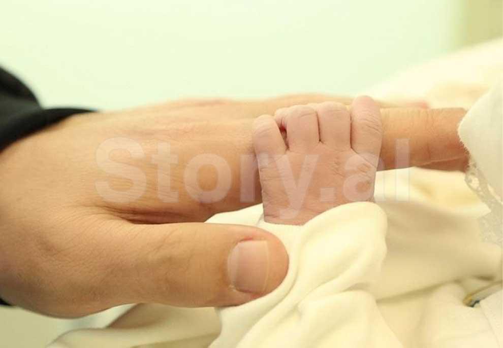 Zaimina Vasjari bëhet nënë, vjen në jetë Khloe