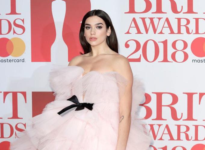 """Dua Lipa hyn në histori, shpallet artistja më e mirë në """"Brit Awards"""""""