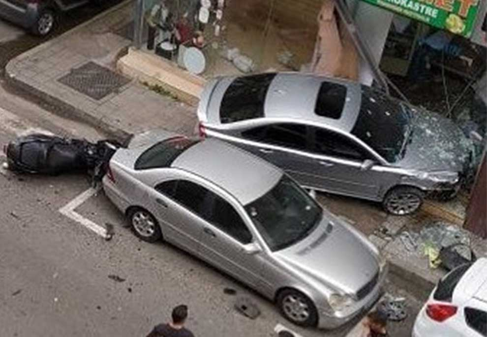 Foto/ Aksident në ish-Bllok, makinat përplasen, njëra përfundon në…