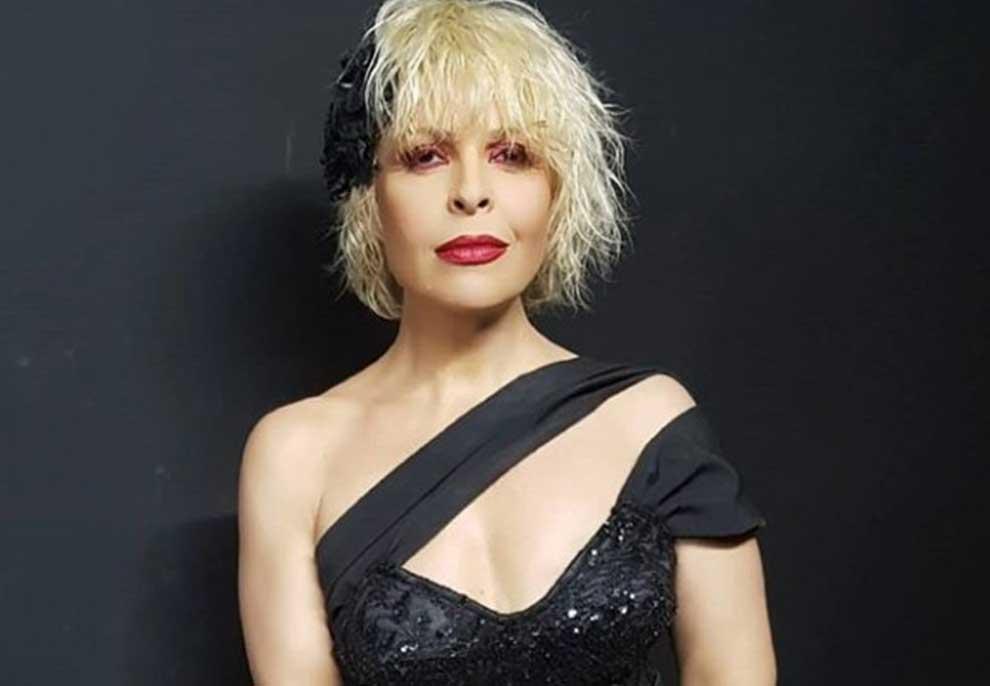 Me paliçeta dhe kapele në kokë, ja si dukej Aurela Gaçe 28 vite më parë