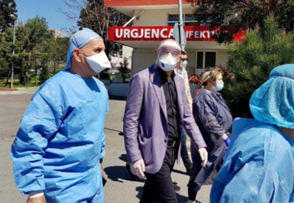 """Blendi Fevizu dhe """"Opinion"""" bëjnë gjestin simbolik për stafin e Spitalit Infektiv, ku po trajtohen të prekurit me Covid-19"""