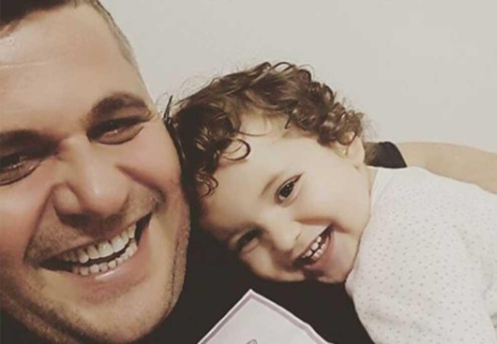 Një baba si Gentian Zenelaj, aktori ndan videon më të ëmbël duke u kujdesur për të bijën