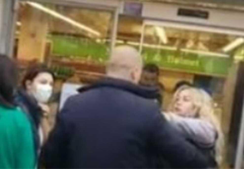 Video/ Plas sherri tek supermarketi në Tiranë, vajza e re shtyn dhe ofendon burrin në rradhë