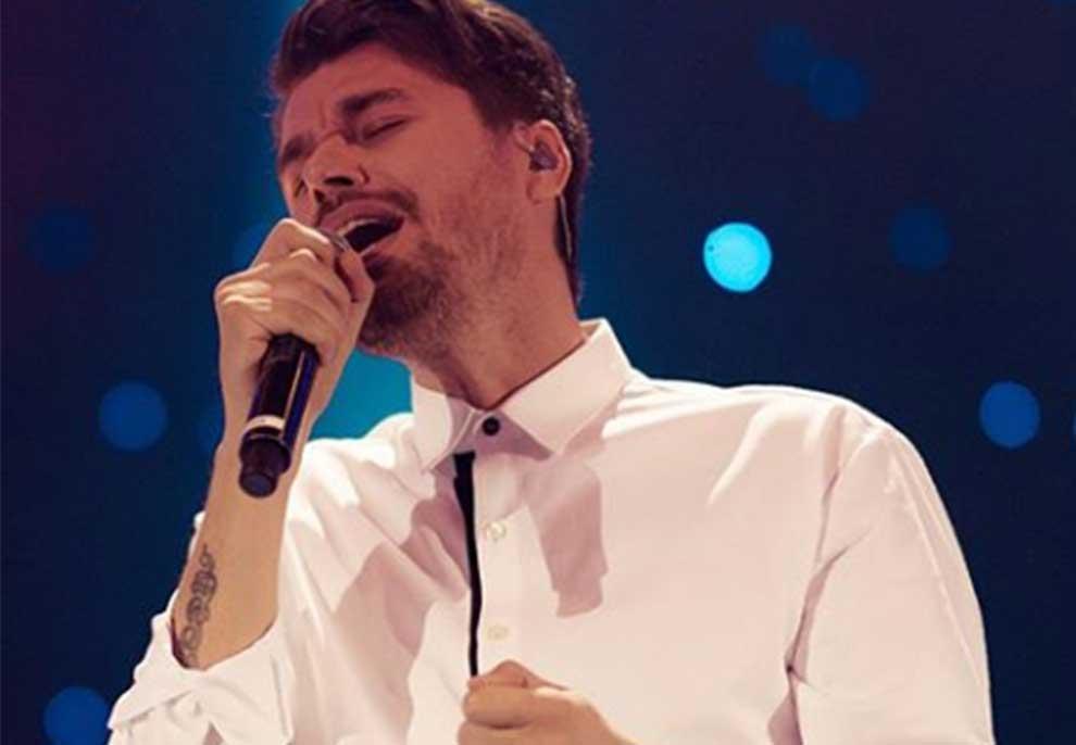 Koncert LIVE nga oborri i shtëpisë së tij, Alban Skënderaj thyen sonte heshtjen e koronavirusit: Do jem vetëm me një kitare por…