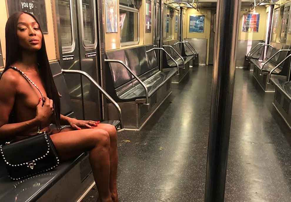 Një 'bombë' 50-vjeçare si Naomi Campbell, supermodelja del nudo në metro dhe nuk lë vend për imagjinatën