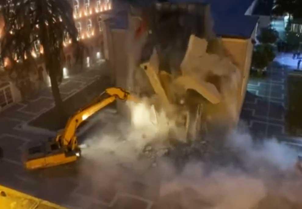 Video e shembjes gjatë natës së godinës së Teatrit Kombëtar, si mori fund rezistenca e artistëve