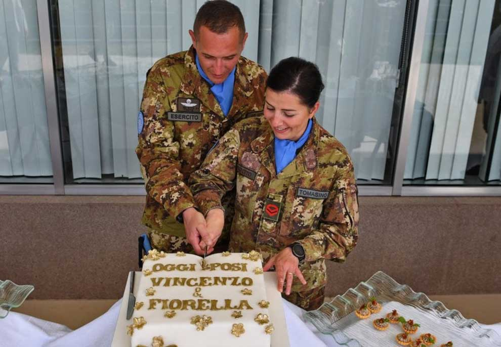 Në kushte të pazakonta! U bllokuan nga koronavirusi, 2 ushtarë martohen në një mision në Liban