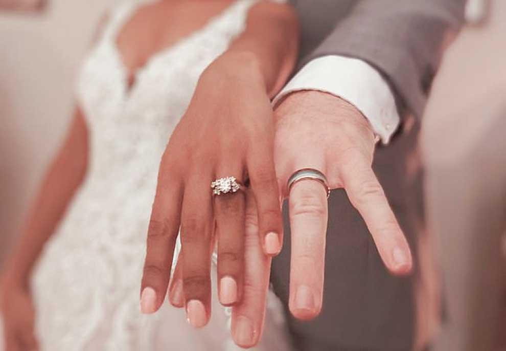 Dasma iu anullua nga koronavirusi, dyshja martohen në Facebook