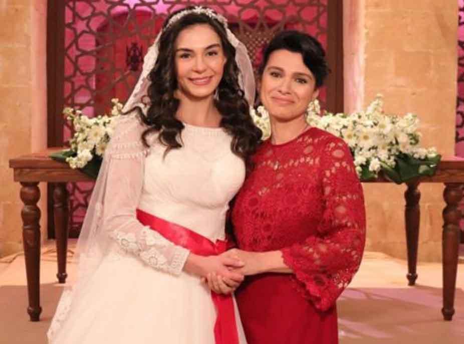 """3 muaj pas lindjes, aktorja turke e serialit """"Hercai"""" prezanton të bijën"""