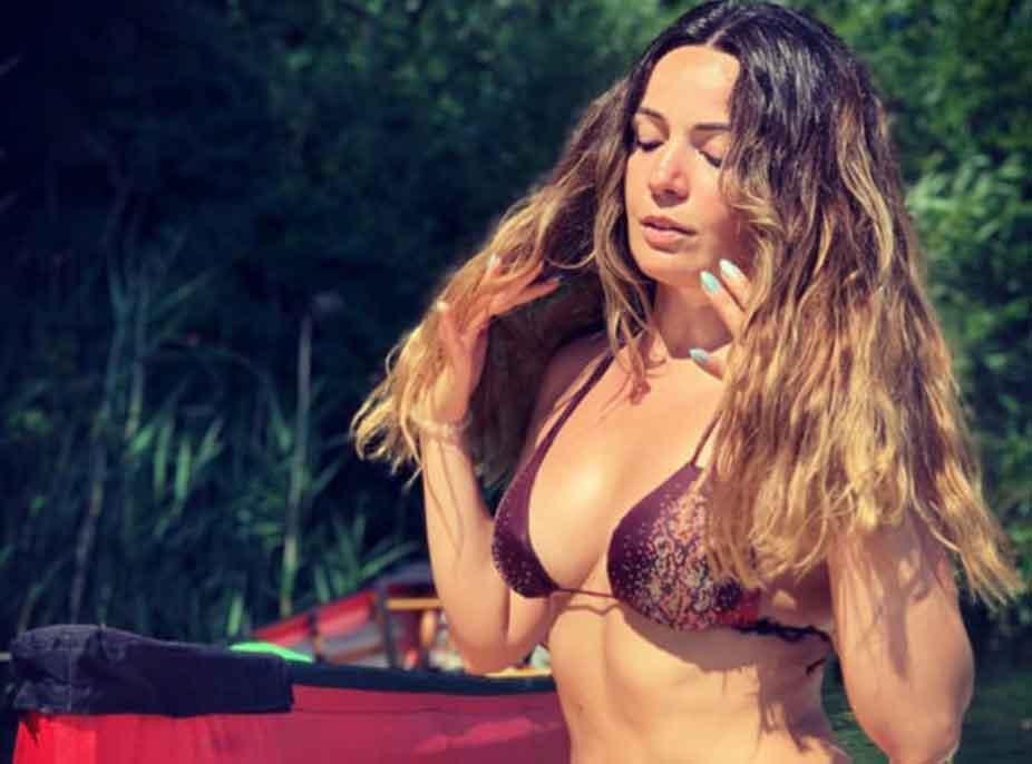 Si rrallëherë Mimoza Shkodra pozon me bikini, këngëtarja befason me linjat trupore