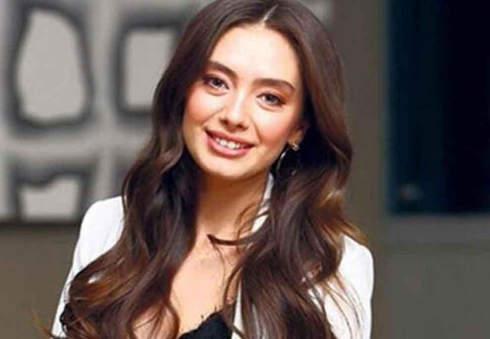 Nihali e 'Dashuri e Ndaluar' heq dorë nga aktrimi? Aktorja turke nxjerr në treg revistën e saj, pjesë të kopertinës bën bashkëshortin e saj