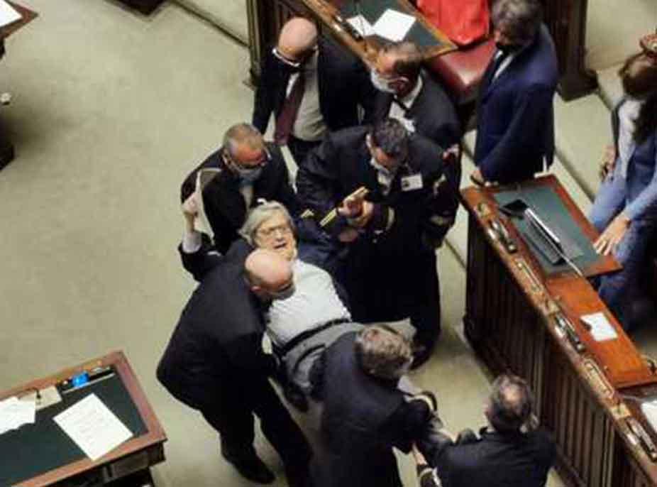 (Video) Ofendoi kolegët, Vittorio Sgarbi nxirret me forcë nga parlamenti