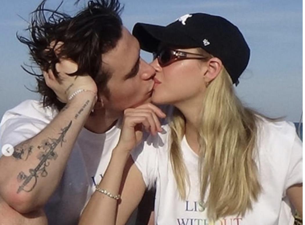 E bujshme! Modeli britanik fejohet me aktoren amerikane 4 vite më të madhe, prindërit e Brooklyn Beckham thonë 'OK' për martesën e tyre