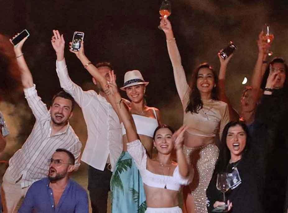 FOTOT/ Adrola Dushi celebron lidhjen në festën e 27-vjetorit, si ia ruajtën miqtë sekretin duke mos nxjerrë në skenë të dashurin politikan