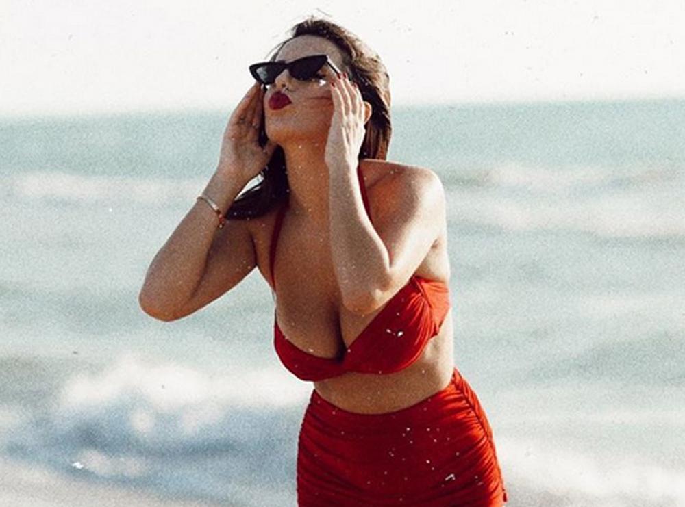 Armina Mevlani ndan foton me bikini, por vëmendjen e merr përshkrimi krah saj