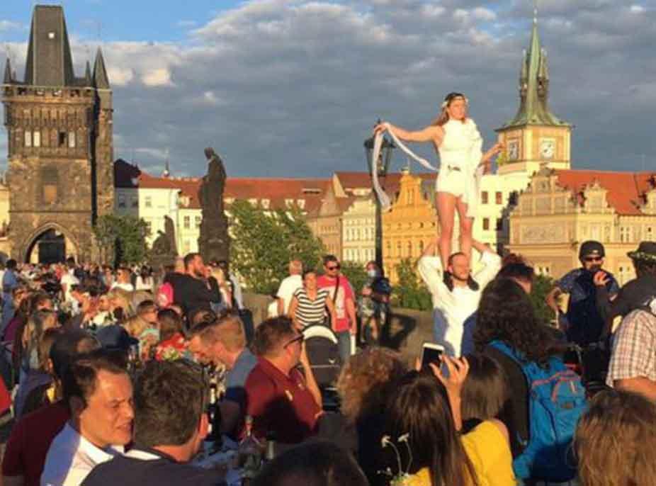 """Çekët i japin lamtumirën koronavirusit nëpërmjet një feste """"të çmendur"""""""
