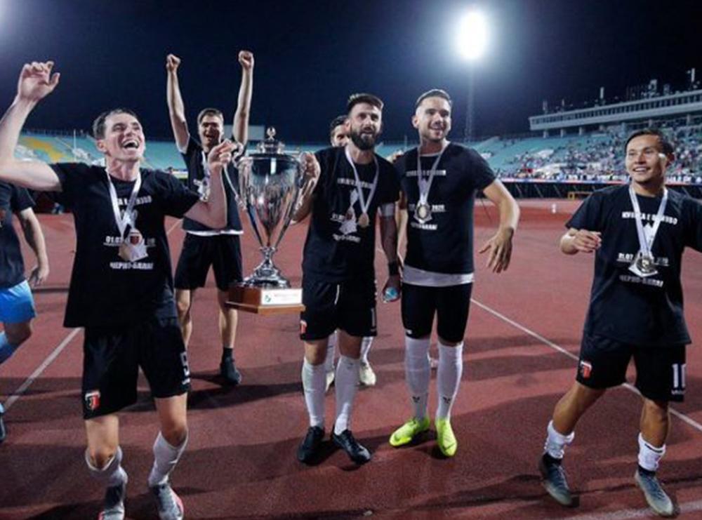 Festë në 'pub' pas triumfit në Kupën e Bullgarisë: 9 lojtarë e 50 ultras të infektuar