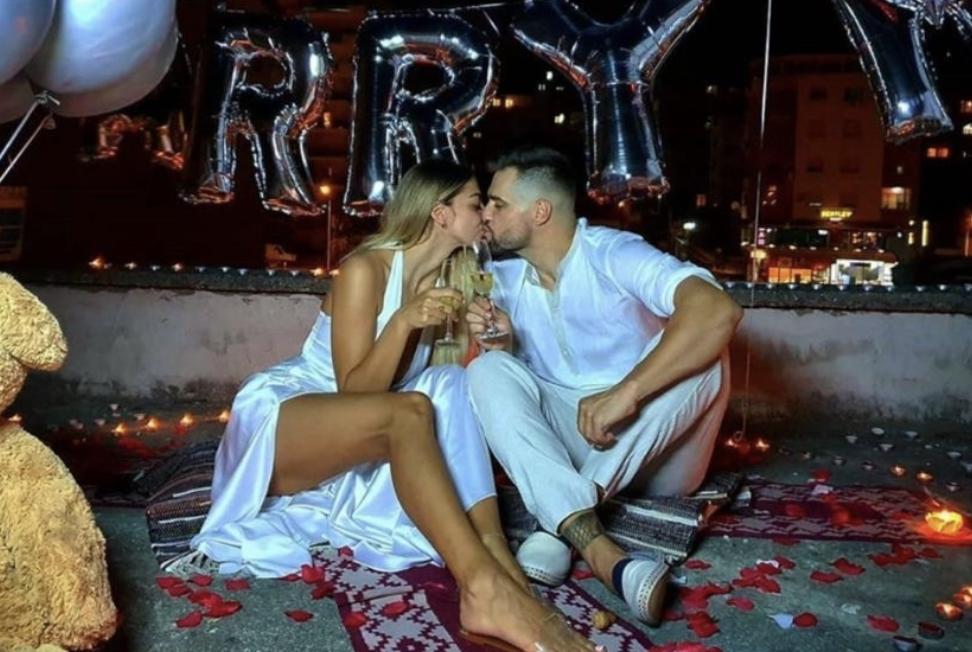 """Moderatori dhe ish-banori i """"Big Brother"""" bën propozimin romantik për martesë dhe ajo tha PO!"""