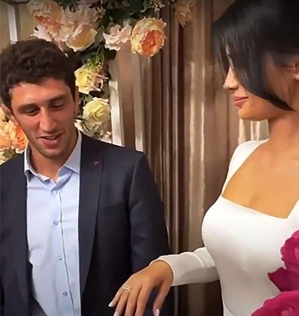 Të ftuarve u shkojnë mesazhe me përmbajtje erotike, mundësi anulon dasmën në minutën e fundit, zbulon se gruaja e tij ishte…