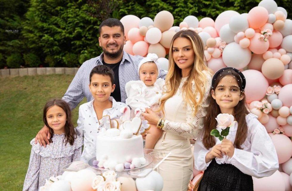 Brenda 1-vjetorit të Anës, Ariana Fejzullahu ndan portretin më të bukur familjar së bashku me Ermalin dhe fëmijë