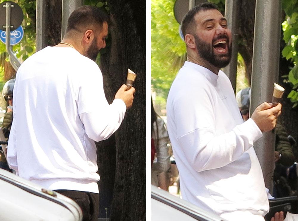 PAPARAZZI/ Klajdi Haruni duke ngrënë akullore në rrugë, këngëtari larg jetës së VIP-it