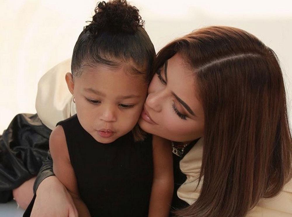 Vajza e Kylie Jenner një fenomen, miliarderja ndan këtë video të vogëlushes së saj përballë pasqyrës