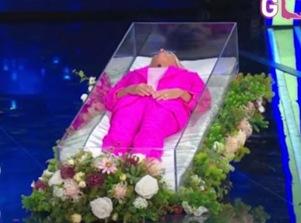 Shokon Maria De Filipi! Shfaqet në emision në një arkivol xhami, ja se çfarë ndodhi në skenë