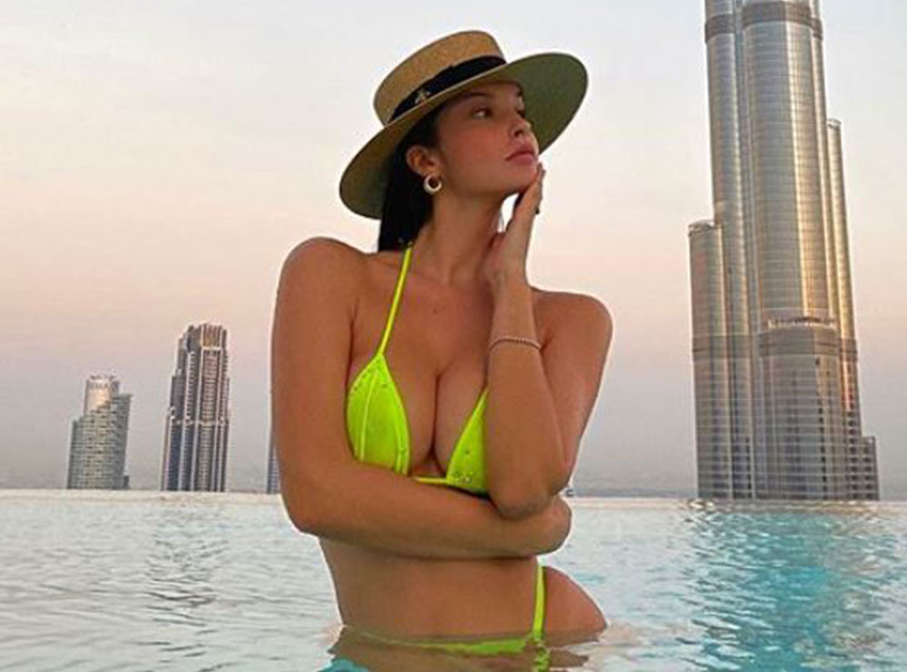 Oriola Marashi nuk ndal pozat e nxehta nga Dubai, krahason veten me një Lamborghini