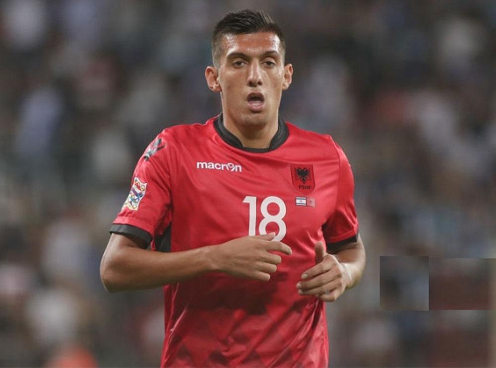 """VIDEO/ Uzuni dhe trajneri rrëmbehen nga gëzimi i """"golit"""", futbollisti i Shqipërisë kujtohet në çastin e fundit të mos heqë fanelën"""