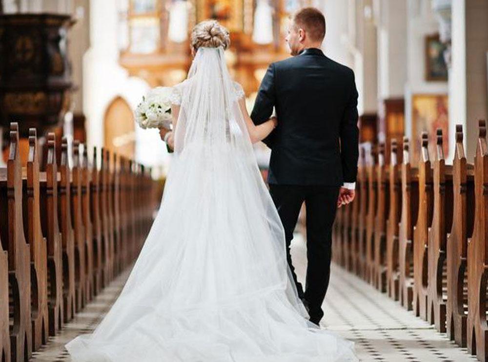 Nusja lidh foshnjën 1 muajshe tek bishti i fustanit para se të ngjitet në altar: Për aq kohë sa Krishti është në anën tonë… Ja si e shpjegon ajo këtë veprim