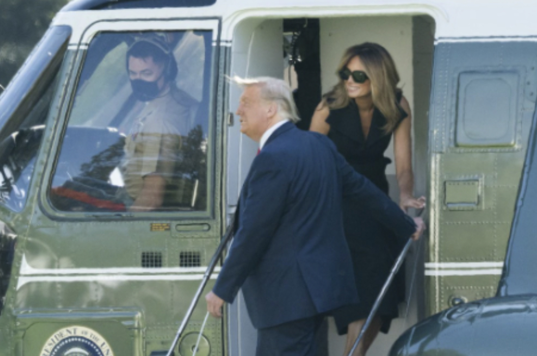 Fotoja e çiftit Trump bëhet virale, njerëzit janë të bindur se gruaja krah Presidenti nuk është Melania