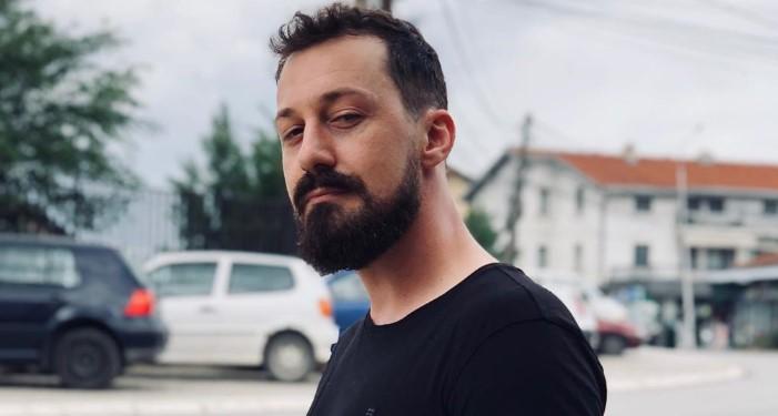 Këngëtari shqiptar në zi, i vdes një person shumë i dashur (FOTO)