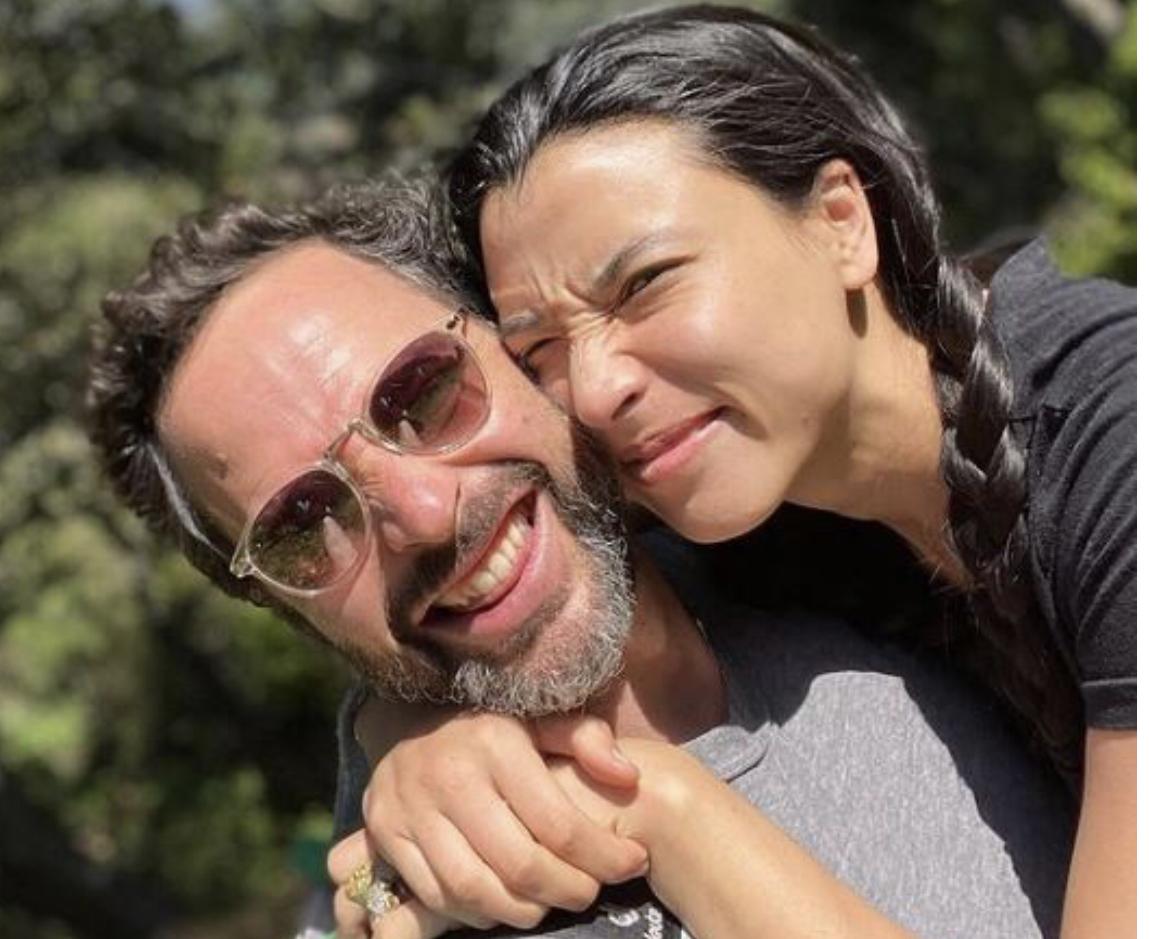 Aktori i njohur i humorit martohet me të dashurën shtatzënë nëpërmjet një ceremonie që u mbajt në majë të shkëmbit