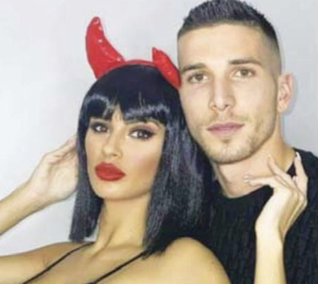 FOTO/ Një seks-bombë e vërtetë, futbollisti shqiptar prezanton të dashurën