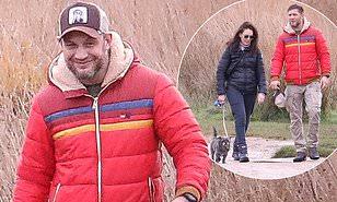 Tom Hardy fotografohet pranë mikeshës së tij duke shëtitur, ndërkohë Britania ka hyrë në muajin e izolimit