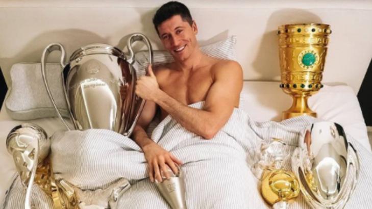 Në shtrat me trofetë: Lewandowski 'përkëdhel' të gjithë kupat e fituar në 2020