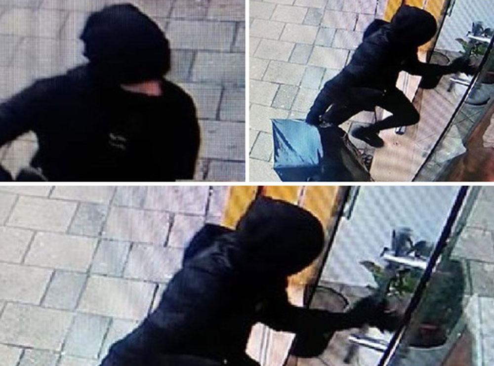 FOTO/ I veshur me të zeza, i maskuar dhe me një çadër me vete. Ky është momenti kur autori hyn për të grabitur institucionin financiar