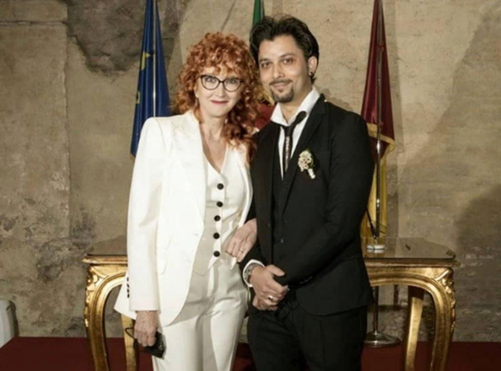 Pas 15 vitesh dashuri, këngëtarja italiane martohet me të dashurin 20 vjet më të ri