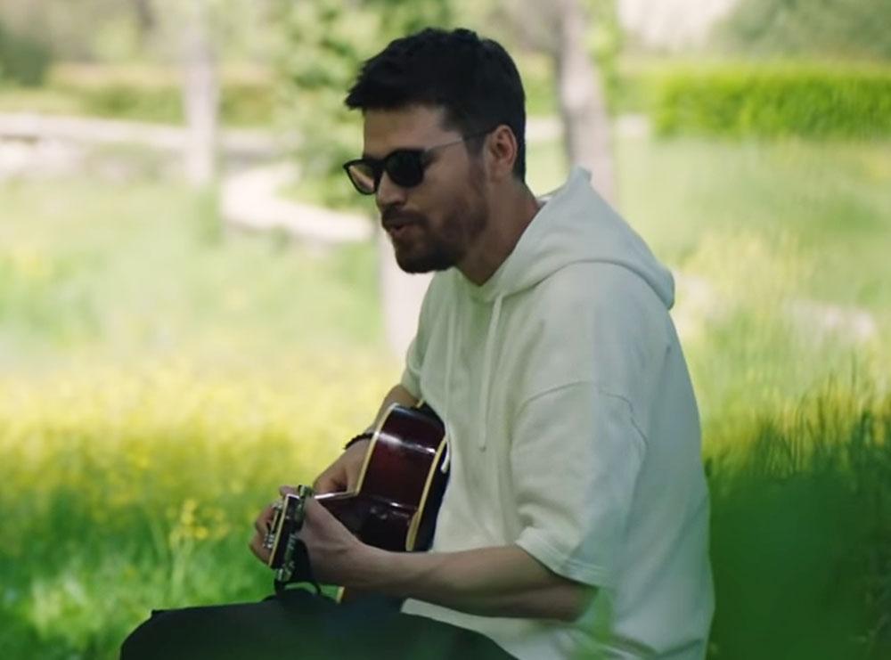 """""""Zjarr në shpirt"""", kënga më e re e Alban Skenderaj"""