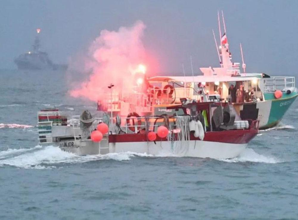 VIDEO/ Momenti dramatik në det kur rimorkiatori francez përplas qëllimisht anijen angleze
