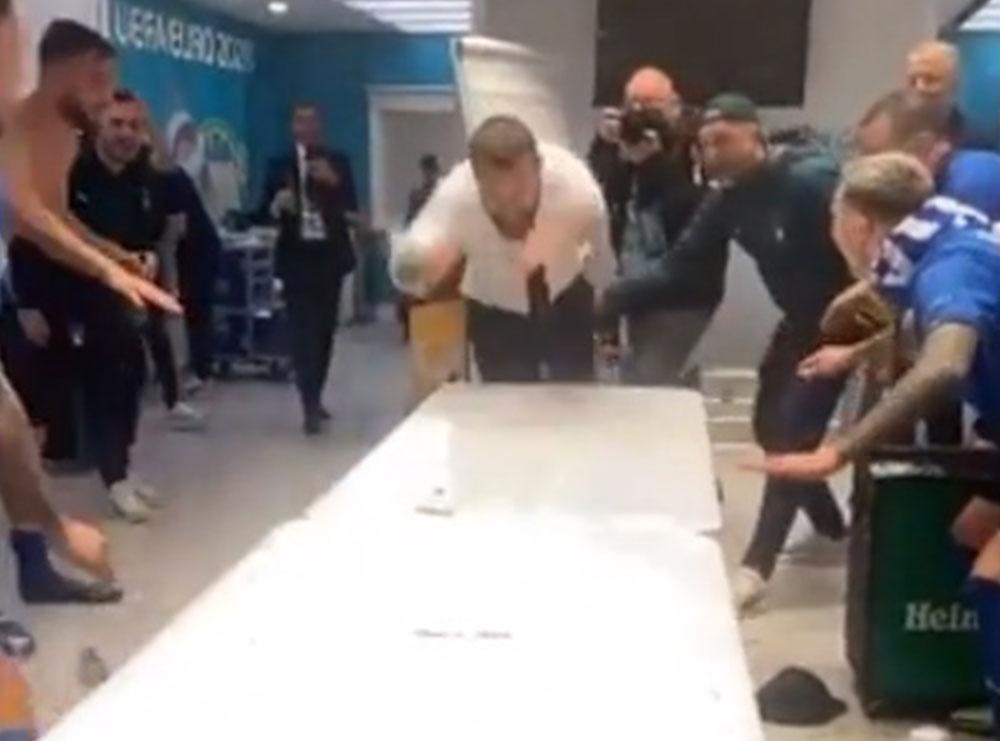 """VIDEO/ Festë e shfrenuar në dhomën e zhveshjes, De Rosi """"fluturon"""" mbi tavolinë dhe…"""