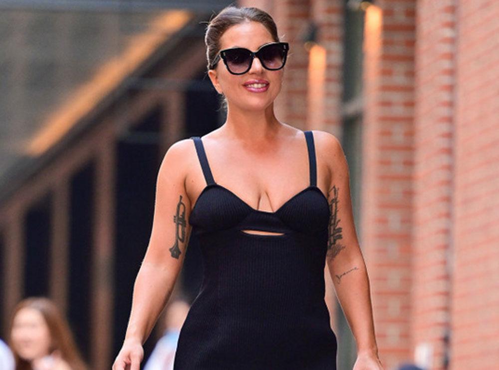Lady Gaga tërheq sërish vëmendje me stilin e saj unik, fotografohet duke ecur me taka 30 centimetra të larta