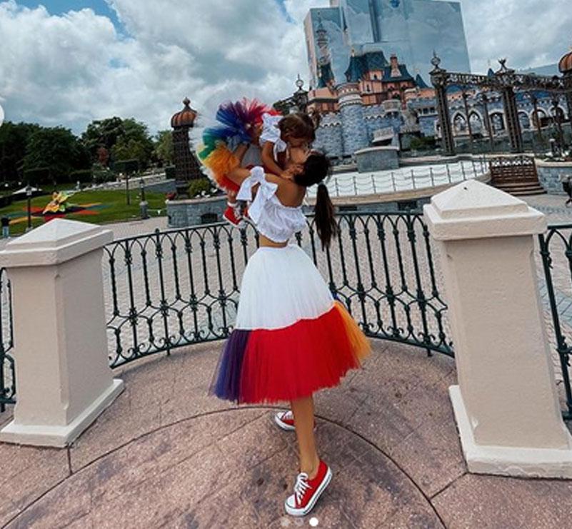 """Xhensila Myrtezaj """"matchy-matchy"""" me të bijën nga Disneyland (foto)"""