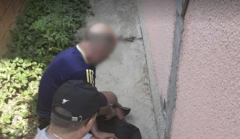 Dhunoi për vdekje 18-vjeçaren në Kosovë dhe më pas e la në spital, arrestohet autori i dyshuar. Momenti kur policia e shtrin në tokë