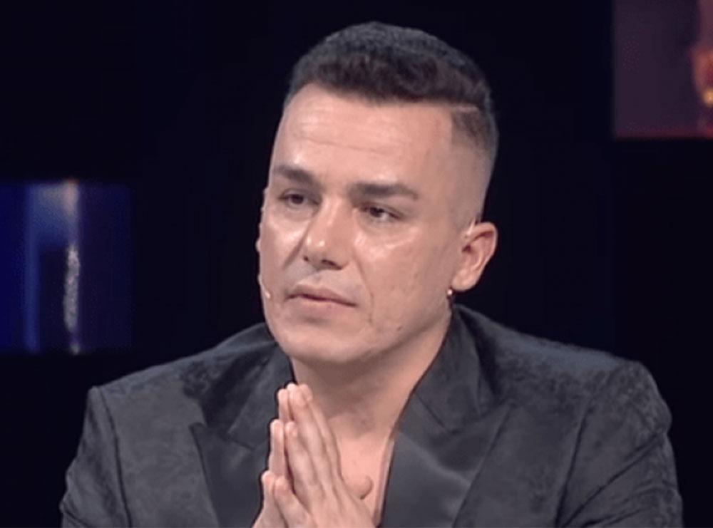 """(VIDEO) Albi Nako nuk heq dorë nga komentet bullizuese, këtë herë ironizon peshën e një vogëlusheje në """"T'ka mami yll"""""""