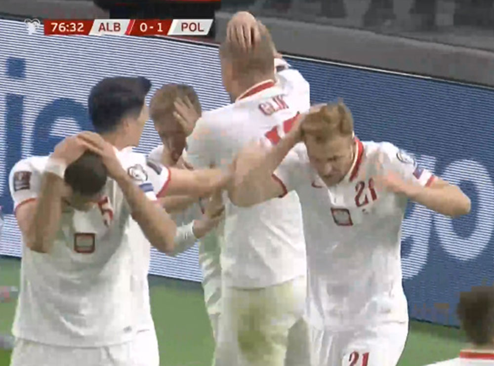 VIDEO/ Shikoni si u goditën me shishe futbollistët e Polonisë
